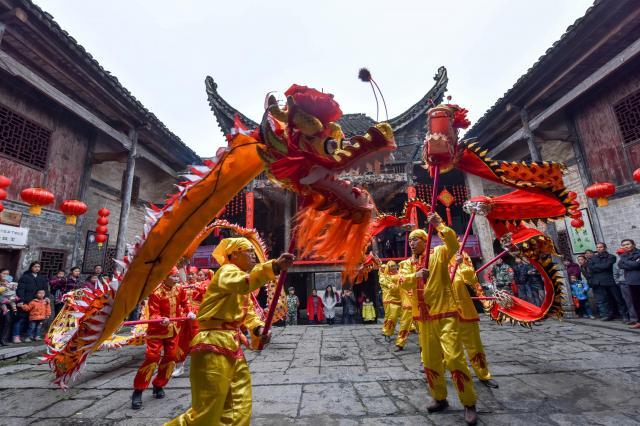 春節を祝う龍の舞=湖南省、2017年1月