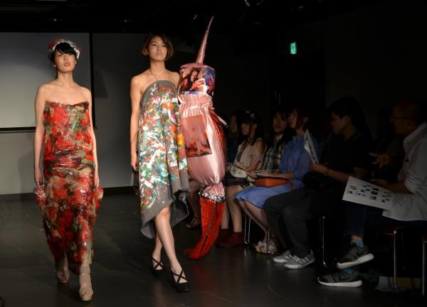 アフリカをテーマにした衣装を着て、ファッションショーの会場を歩くモデル=2016年、東京都渋谷区