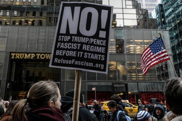 トランプタワーの前で「NO」を掲げる人々=ロイター