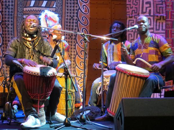 民族衣装をまとい、セネガル音楽を披露=2013年4月、横浜市中区