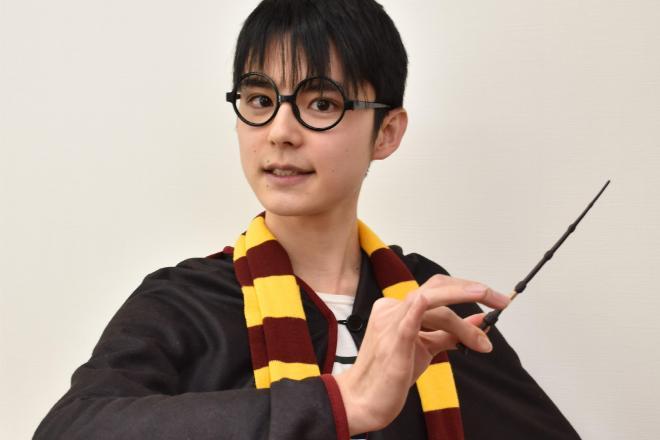 「得意技」だという「ハリー・ポッター」のコスプレ姿で話す副島和樹さん