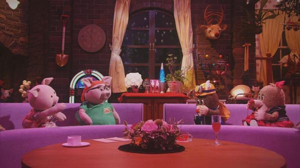 ソファに座ってのトークは、すべて人形劇=NHK提供