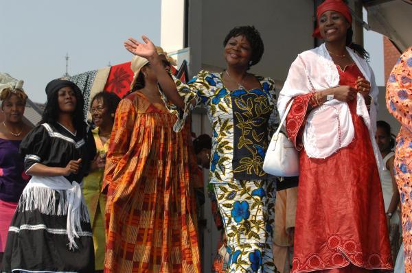 TICAD IVのアフリカン・ファッションショーで観客に笑顔でこたえる出演者たち=2008年5月、横浜市中区の横浜赤レンガ倉庫
