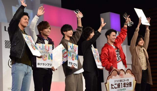 グランプリに輝いた押田岳さん(左から3人目)、準グランプリの岡田龍太郎さん(左から2人目)と副島和樹さん(一番右)