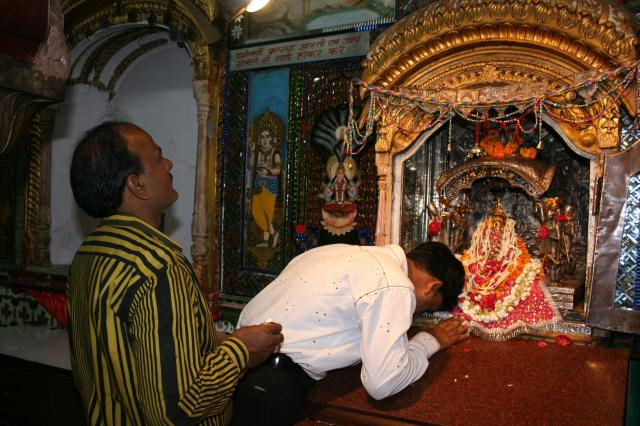インド・オールドデリーで祈りを捧げる信者=2007年