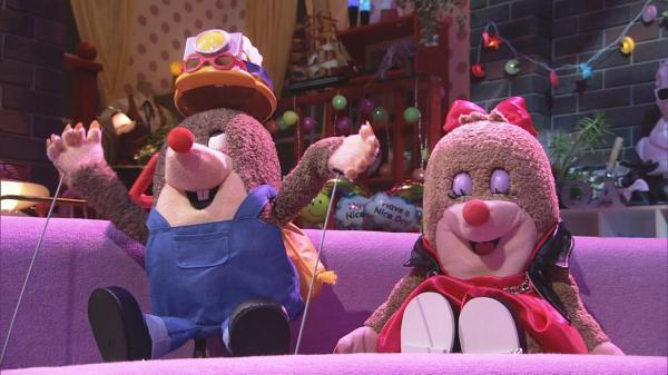 MC役の山里亮太さんとYOUさんは、モグラの人形に=NHK提供