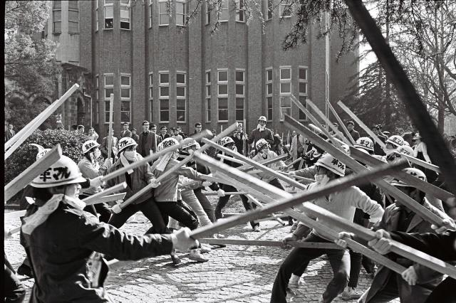 訓練をする革マル派の学生たち(1968年11月22日撮影)