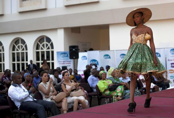 中央アフリカの首都バンギで、平和を推進するため国際女性デーの日に開かれたファッションショー=2014年