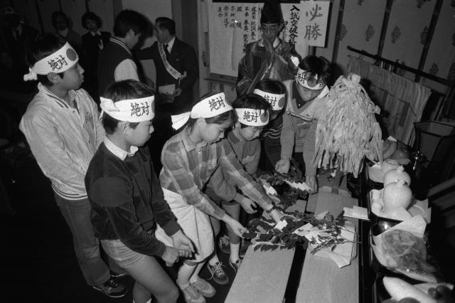 東京都内のホテルで学習塾が行った正月特訓講座。小学生から高校生がはちまきをしめ、ホテル内の祭式場で玉串を奉てんして、「合格」を祈る(1982年)