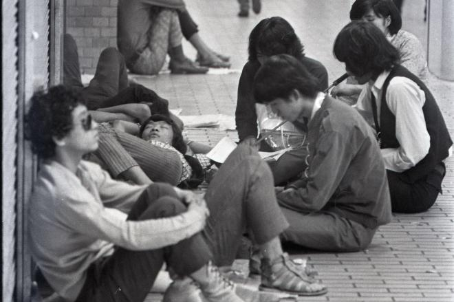 新宿駅東口グリーンベルトなどで寝起きするフーテン族=1968年9月6日