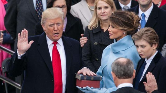 大統領就任式で宣誓するトランプ大統領