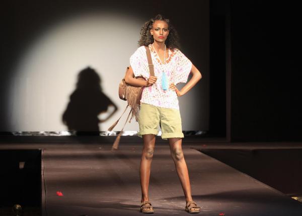 エチオピアの首都アディスアベバのファッションショーで、ポーズを撮るモデル=2014年