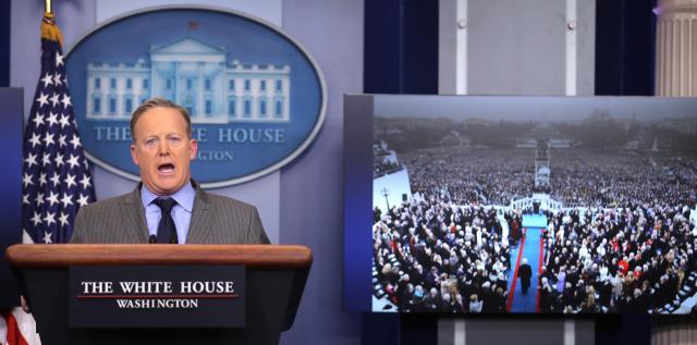 大統領就任式の観客数が「過去最多だった」と述べたスパイサー報道官