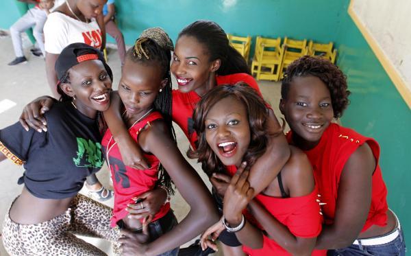 ケニアの首都ナイロビで、カメラにポーズを撮るモデルたち=2014年