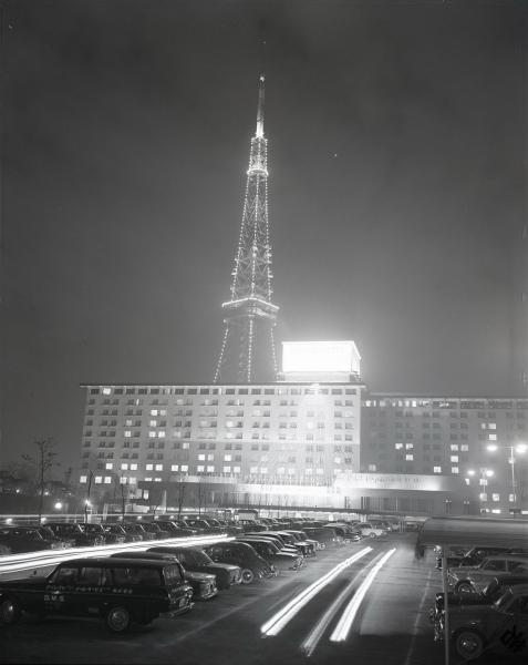 東京タワーが完成し、一般公開初日にライトアップされた姿