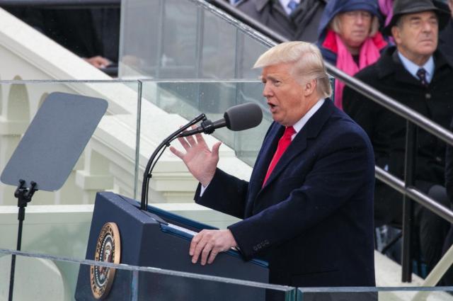 大統領就任式で演説するトランプ氏