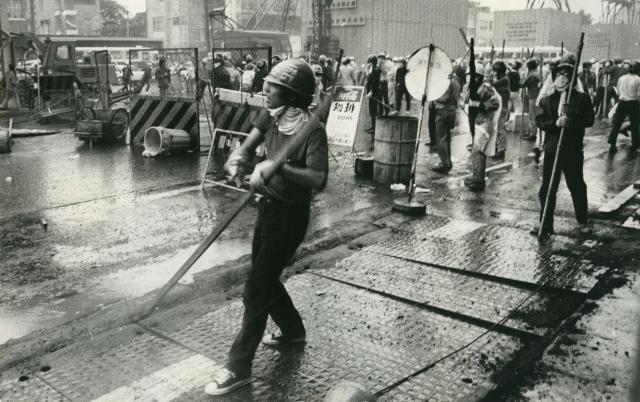 「70年安保」で渋谷の路上にバリケードを築いて警察とにらみ合う学生ゲリラ