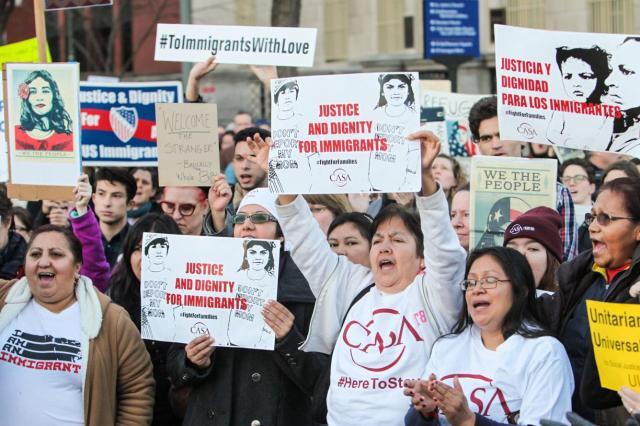トランプ大統領が署名した移民政策の大統領令に反対し、ホワイトハウス前に集結して抗議する人たち
