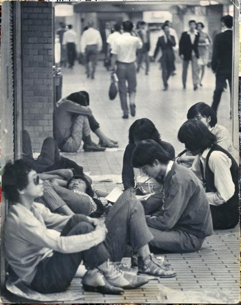新宿の路上で一日中寝そべっていた「フーテン族」