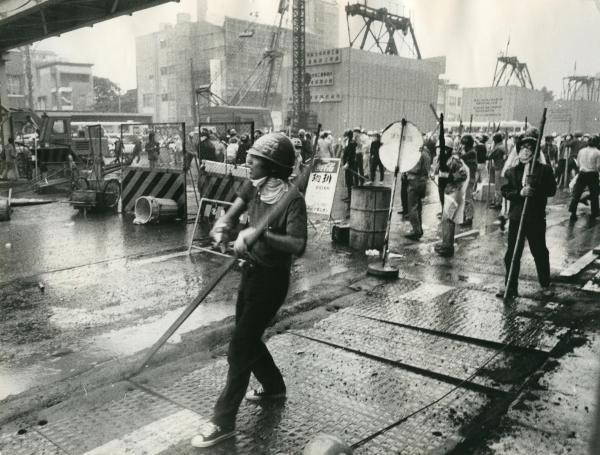 70年安保闘争で渋谷の路上を封鎖する学生ゲリラ