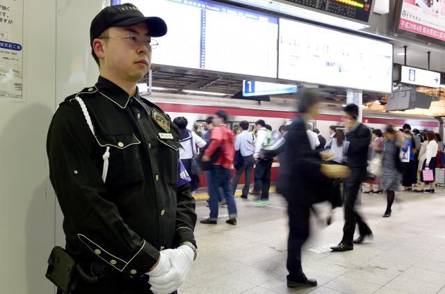 京浜急行電鉄は、主要駅や電車内に警備員をおいている。駅員には年1回、近くの警察署で護身術の訓練を受けさせている。