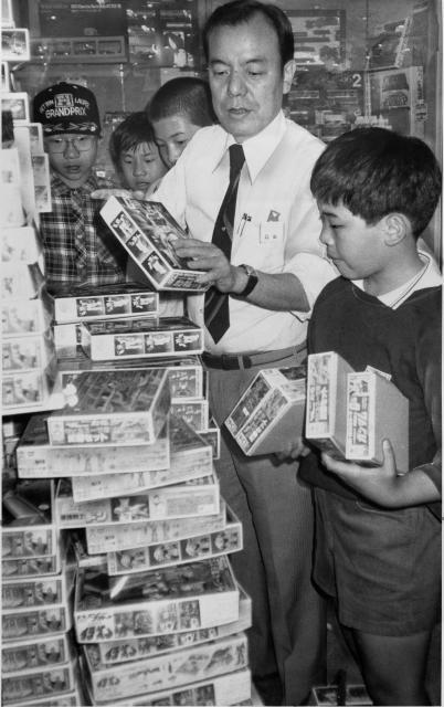 東京で「機動戦士ガンダム」のプラモデルを買う子どもたち。写真説明には「入荷後すぐに売り切れた」とある(1981年)