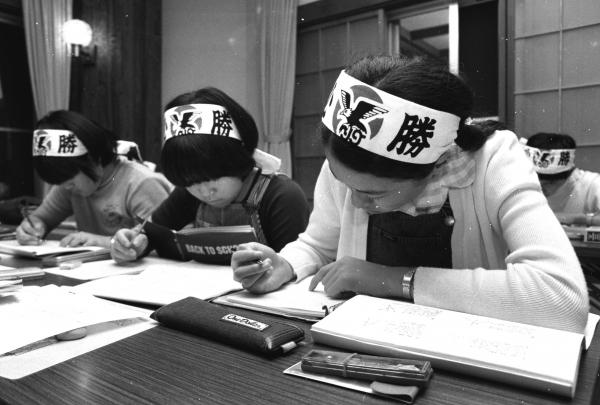 スパルタ塾でハチマキをしめて猛勉強する子ども