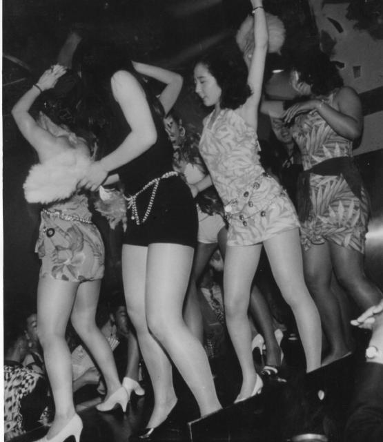 バブルの代名詞となったディスコ「ジュリアナ東京」の「お立ち台」で踊る女性たち(1993年)