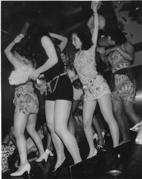 ジュリアナ東京のお立ち台で踊る女性たち