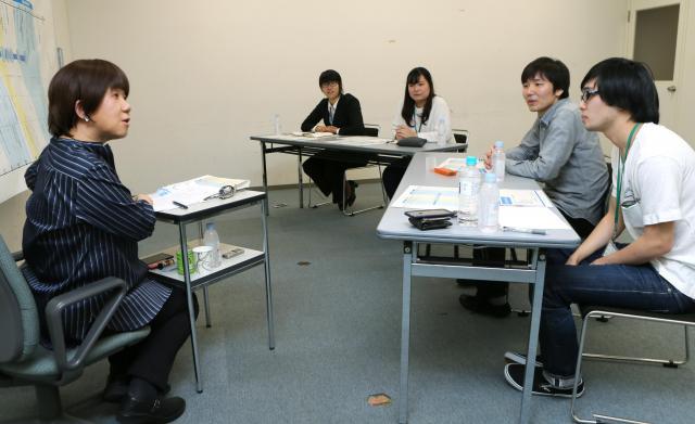 おじさんおばさんについて学生に解説する深澤真紀さん(左)