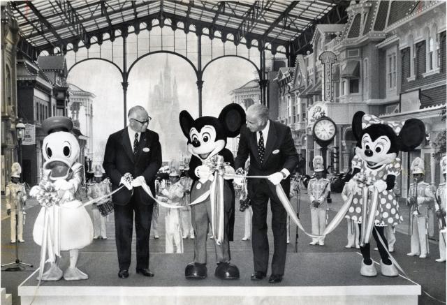 1983年に開業した東京ディズニーランド。開業を祝いテープカットをする様子