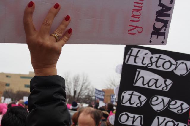 パレードでプラカードを掲げる女性