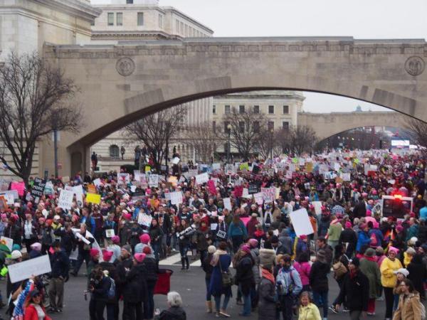 大勢の人が集まったパレード
