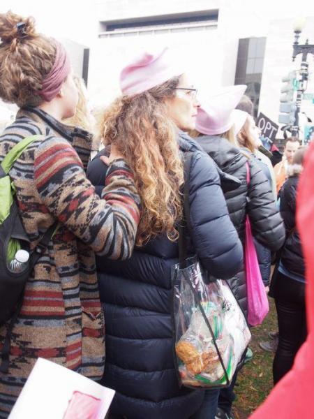 クリアバッグを持って並ぶ女性