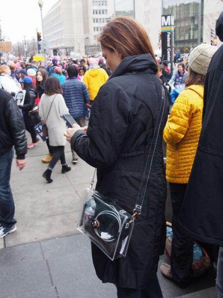 クリアバッグを肩にかける女性