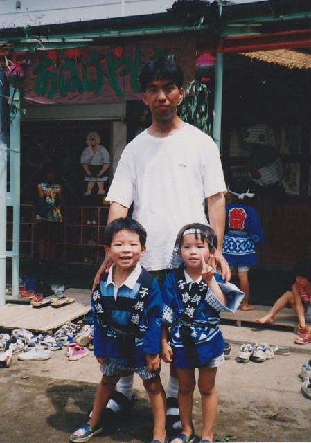 子どもの頃のおか☆かずさん(右)。父・兄と記念撮影した1枚