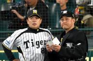 監督時代、日本シリーズで球審に選手交代を告げる和田豊さん=2014年、阪神甲子園球場