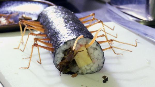 タイワンツチイナゴなど3種類の昆虫を具材にした「虫恵方巻き」