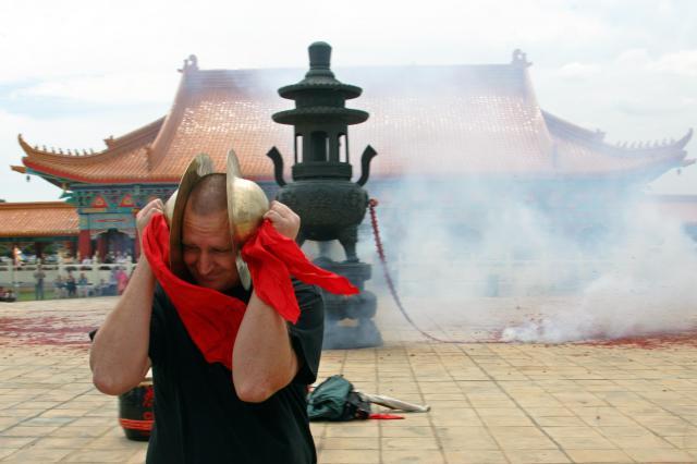 南アフリカの中国寺院で、爆竹の巨大な音から逃れようとし耳をふさぐ地元のミュージシャン=2006年2月12日