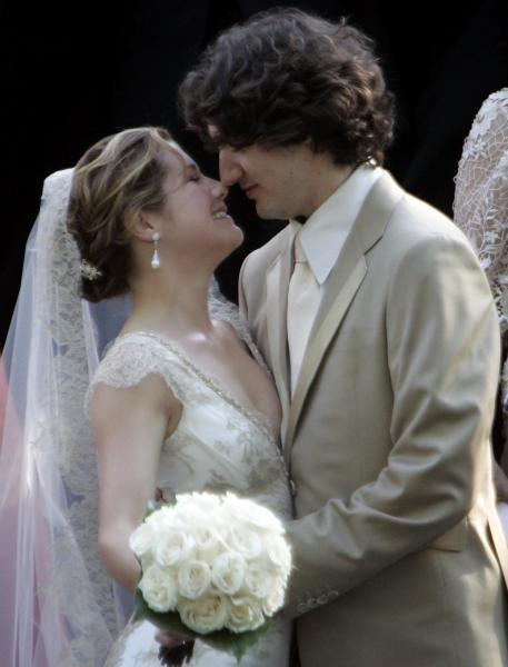 結婚式を終えてソフィー夫人にキスをするトルドー氏=2005年5月