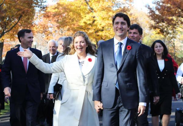 閣僚発表の前、ソフィー夫人とともに内閣を訪れるトルドー次期首相=2015年11月
