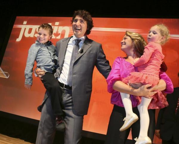党首選への立候補を表明した後、子どもたちを抱いて笑顔をふりまく自由党のトルドー議員とソフィー夫人=2012年10月