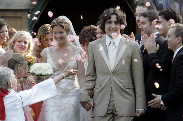 結婚式の後、フラワーシャワーを浴びながら教会を出るトルドー氏とソフィー夫人=2005年5月