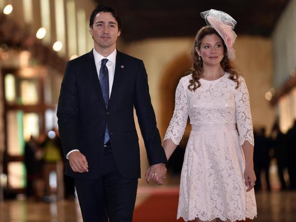 英連邦政府首脳会議の開会式のためバレッタに到着したカナダのトルドー首相とソフィー夫人=2015年11月