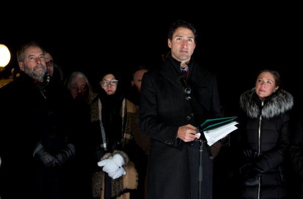 ケベック市のモスクで起きた襲撃事件の追悼集会に参列するトルドー首相とソフィー夫人(右)