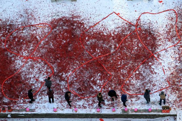 新年の財運を祈って鳴らされた大量の爆竹=2016年2月14日、遼寧省瀋陽市