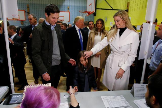 大統領選の投票所に現れたイバンカ氏、クシュナー氏と娘のアラベラちゃん=2016年11月8日、ニューヨーク