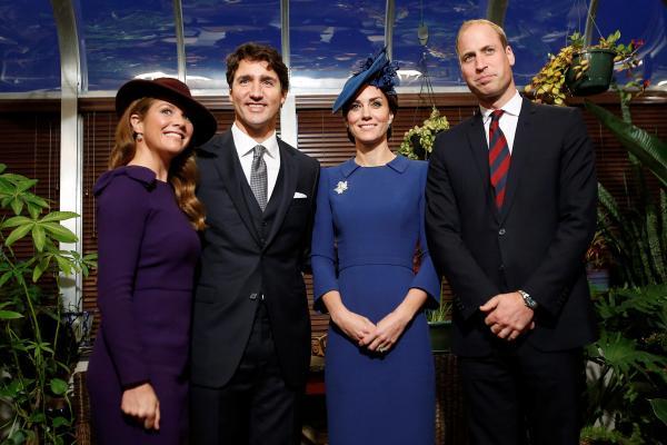 英国のウィリアム夫妻と写真撮影をするトルドー首相夫妻(左)=2016年9月