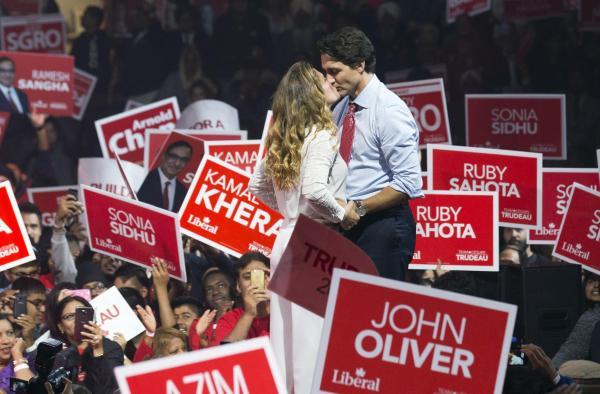 選挙集会でソフィー夫人にキスをする自由党のトルドー党首=2015年10月
