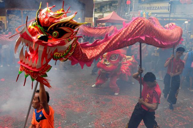 チャイナタウンで龍舞の最中に鳴らされる爆竹=2017年1月28日、マニラ